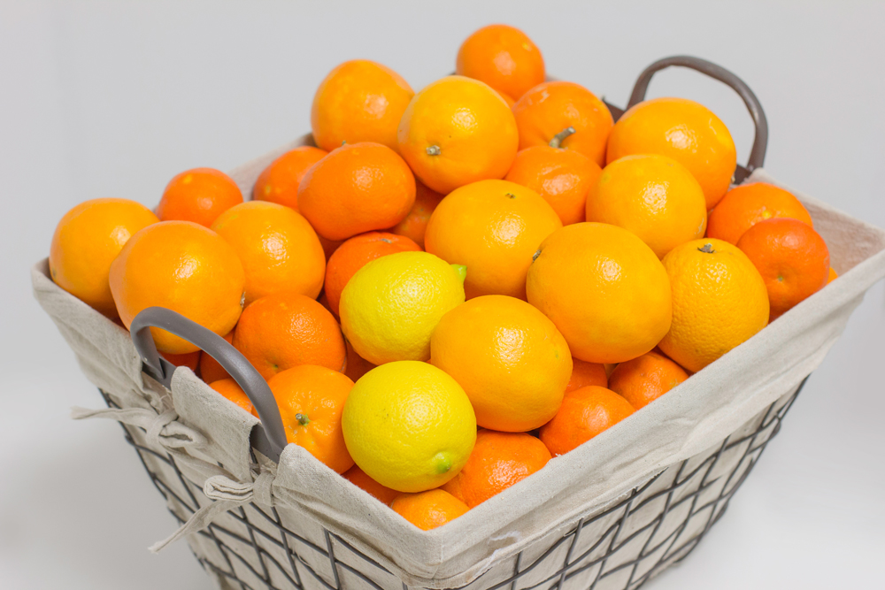 Venta de naranjas en cesta de metal para regalo