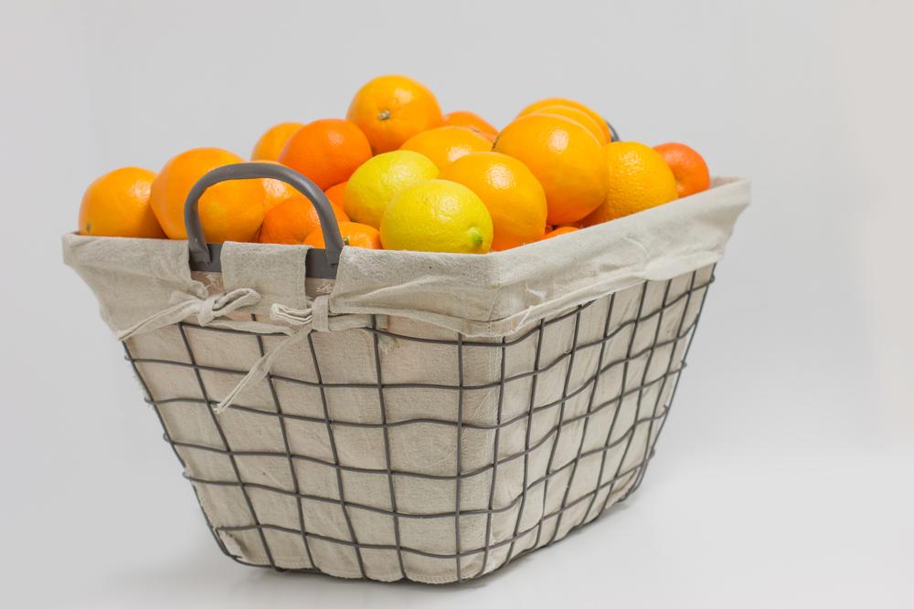 Naranjas ecológicas baratas en cesta de metal