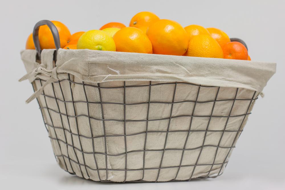 Naranjas de regalo en cesta de metal