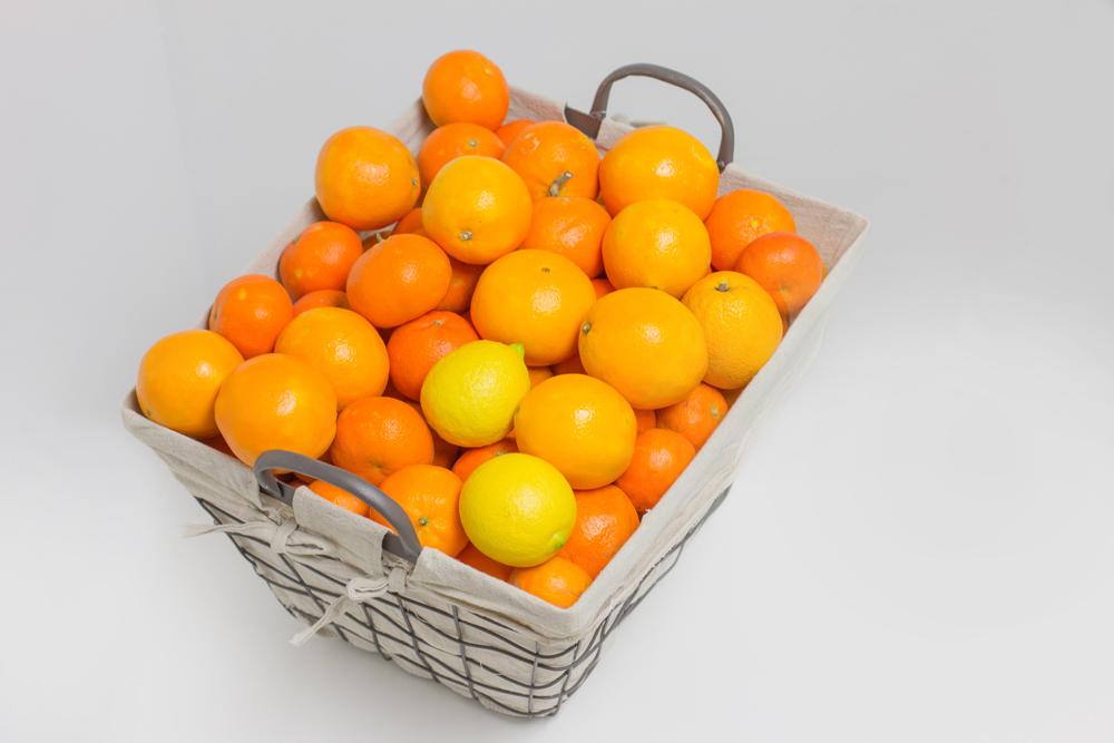 Naranjas ecológicas en cesta de metal